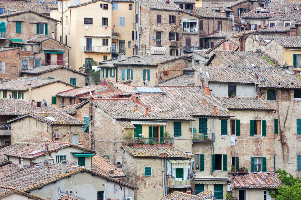 A bunch of ancient houses with rooftops made of Tuscan roof tiles | Films set in Tuscany | Tuscan wanders travel blog